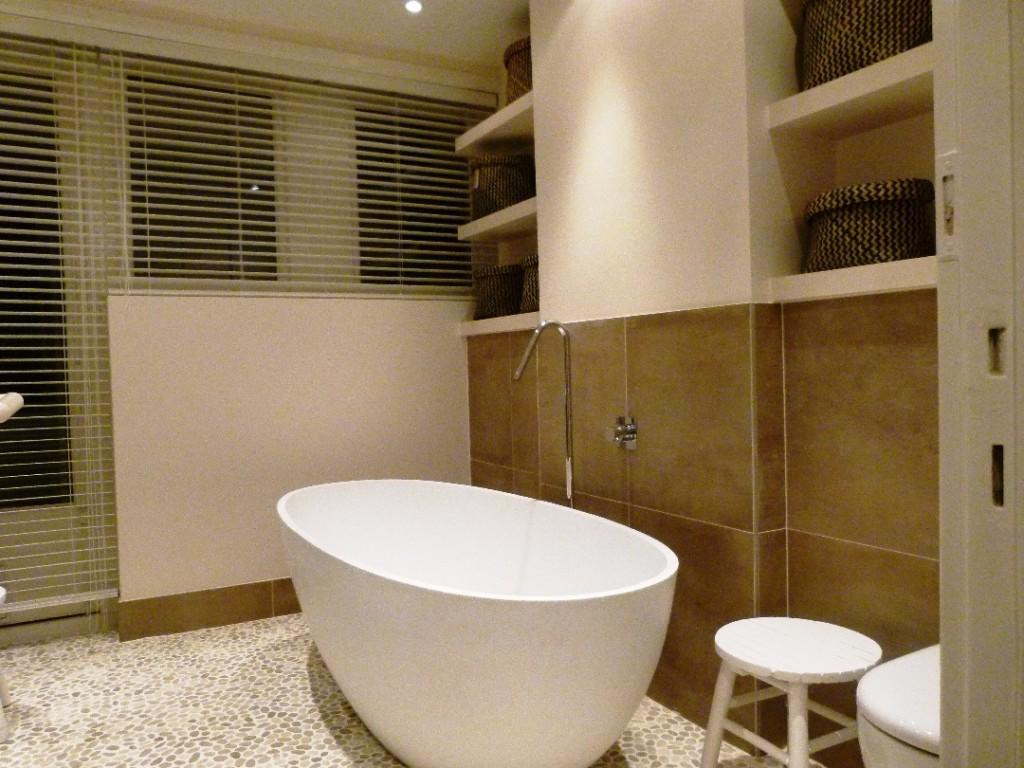 Badkamer moderne stijl met vrijstaand bad