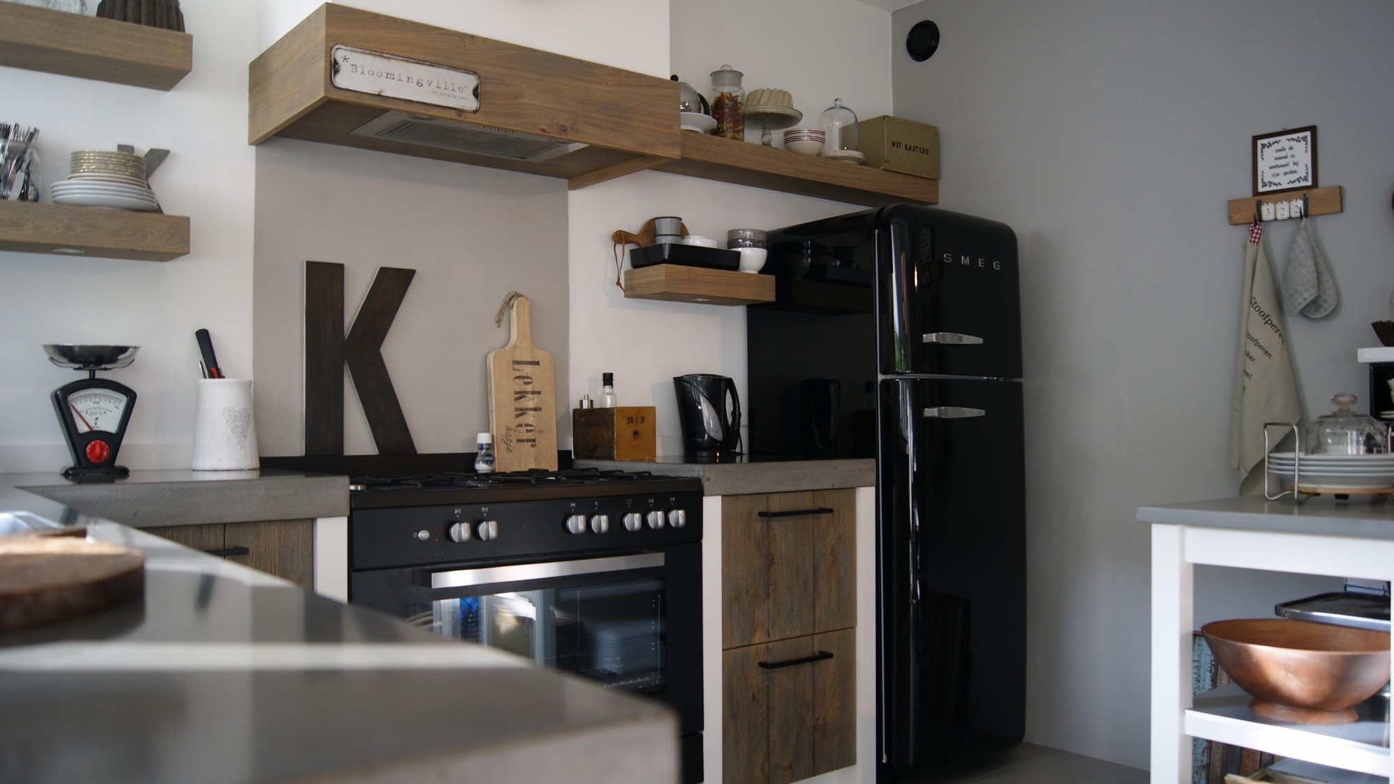 Jacob nieuwe keuken en vloer opgeleverd keuken eiken gestraald voorzien van betonnen werkblad - Nieuwe keuken ...